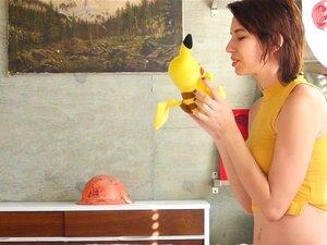 Eine Süße im Pikachu-Kostüm Nicole Love reitet einen Schwanz in POV