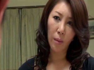 Japanische Mama badet Sohn